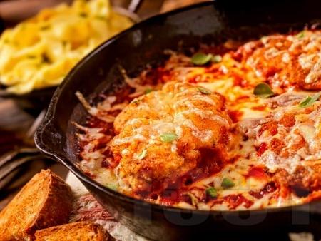 Кето пилешки гърди с пармезанова коричка, моцарела и доматен сос - снимка на рецептата